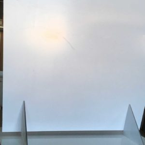 Bild einer Spuckschutzplatte in der Fertigung inkl. Schutzfolie